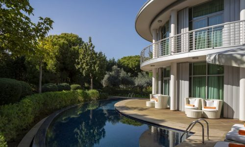 Вилла Calista Superior Villa имеет 2 этажа общей площадью 300 м2 на которых могут комфортно разместиться 8 человек. В этих особенных виллах, скрытых от посторонних глаз зеленью деревьев, к вашим услугам